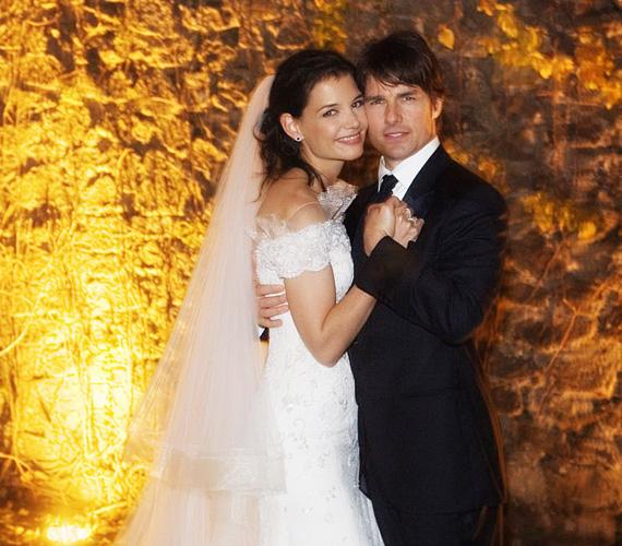 Tom Cruise és Katie Holmes: 2 millió dollár. A színész és párja 2006 novemberében mondták ki a boldogító igent Róma külvárosában, egy kastélyban. A vendégek között volt Will Smith és felesége, Jennifer Lopez és Victoria Beckham is. Katie Holmes egy gyönyörű Armani ruhát viselt, amelyet személyre szólóan neki terveztek. A házasság végül hat évig tartott, a válást 2012-ben a színésznő kezdeményezte.