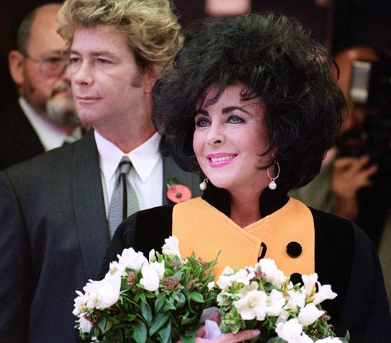 Elizabeth Taylor és Larry Fortensky: 2 millió dollár. A színésznő és a nála 20 évvel fiatalabb munkás férfi 1991-ben keltek egybe. Ez már Liz Taylor nyolcadik esküvője volt, a ceremóniára Michael Jackson Neverland birtokán került sor. Liz Taylor Valentino ruhát viselt, a 150 meghívott vendég között pedig Liza Minnelli és Eddie Murphy is megjelent. A páros öt évig bírta együtt, válás lett a vége.
