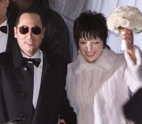 Liza Minnelli és David Gest: 3,5 millió dollár, azaz durván 900 millió forint mai árfolyamon. Az Oscar-díjas színész-énekesnő és a producer 2002-ben házasodtak össze New Yorkban. A ceremónián Michael Jackson volt a tanú, Elizabeth Taylor pedig az első koszorúslány, a több mint ötszáz meghívott vendég között pedig olyan sztárok mentek el az esküvőre, mint Diana Ross, Lauren Bacall és Mia Farrow. A zenét Tony Bennett és 60 főből álló zenekara szolgáltatta, a vacsora 12 fogásból állt. A frigy nem tartott sokáig, egy évvel később már el is váltak.