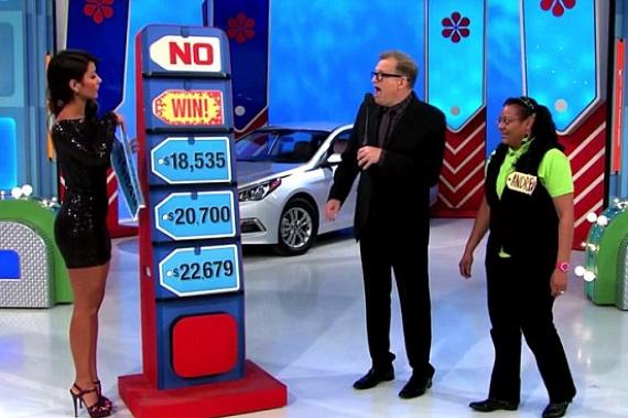 Könnyű dolga volt a Price is Right című műsor egyik játékosának, Andreának, ugyanis az ügyetlen műsorvezető-segéd, Manuela Arbelaez véletlenül a jó választ fedte fel előtte, így a játék szabályainak értelmében kapott egy közel hatmillió forintot érő autót. A csatorna természetesen nem volt olyan boldog, mint a játékos, de megtarthatta a munkáját a bakizó szépség.