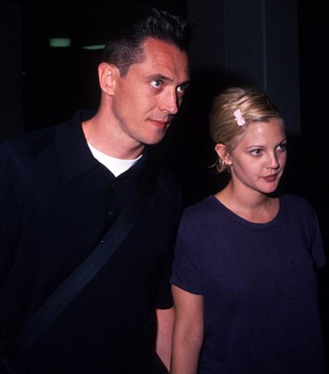 Drew Barrymore és Jeremy Thomas  A már gyerekszínészként ismertté vált Drew Barrymore mindössze 19 éves volt, amikor 1994. március 20-án feleségül ment Jeremy Thomas bártulajdonoshoz. 19 nap múlva a házasság csődbe ment, két hónap múlva a válást is kimondták.  Kapcsolódó cikk: Jól meggondolta? Két válás után ehhez a pasihoz megy hozzá a színésznő »