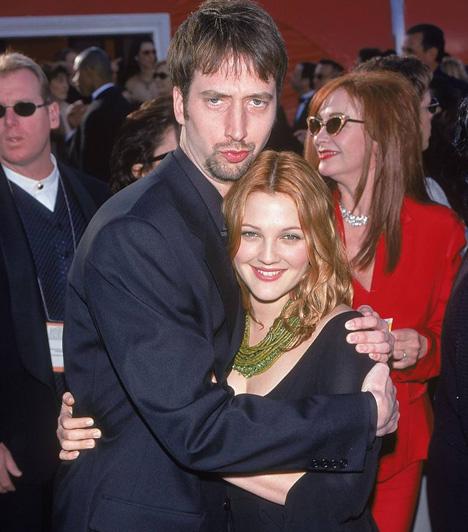 Drew Barrymore és Tom Green  Mindenki csodálkozott, amikor a szép szőke színésznő 2001 júliusában hozzáment a csúnya komikushoz, Tom Greenhez. Drew Barrymore boldogsága nem is tartott sokáig, öt hónap múlva a válás kezdeményezését kérték. Hivatalosan 2002. október 15-én váltak el útjaik.  Kapcsolódó cikk: Jó kis szülinapi ajándék! Ezzel a pasival jött össze az egykori gyereksztár »