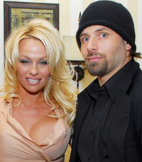 Pamela Anderson és Rick Salomon  A piros bikinis vízimentőként szexszimbólummá vált Pamela Anderson Rick Salomonnal kötött frigye még rövidebb ideig, mindössze tíz hétig tartott. Már 15 éve ismerték egymást, ennyi idő alatt rájöhetett volna, hogy nem illenek össze.