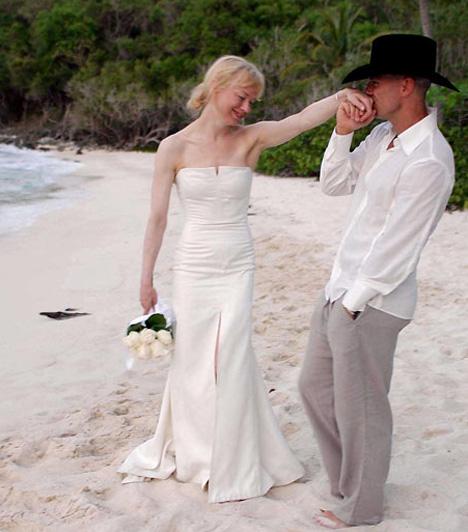 Renée Zellweger és Kenny Chesney  A Virgin-szigeteken készült romatikus fotó körbejárta a világot, mindenki azt hitte, a legismertebb szingli végre megtalálta a nagy őt. 2005. május 9-én Renée Zellweger négy hónapos ismerettség után hozzáment Kenny Chesney country-énekeshez. A házasság is ennyi ideig tartott, szeptember 15-én érvényteleníttették.