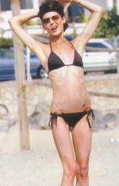 Lara Flynn Boyle mint egy csontváz