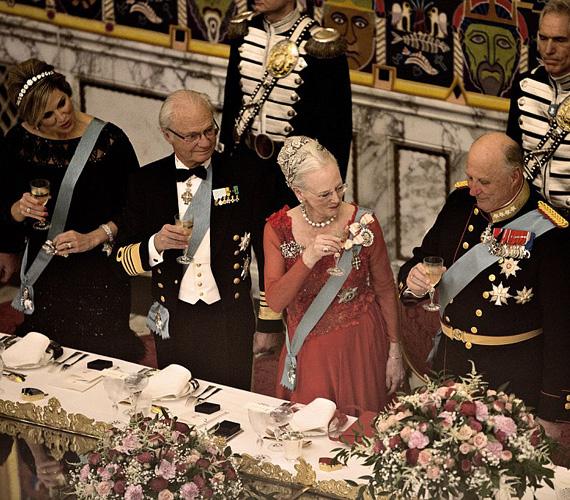 Az ünnepelt II. Margit dán királynő egy vörös estélyiben érkezett a születésnapi vacsorára, és láthatóan jól érezte magát.