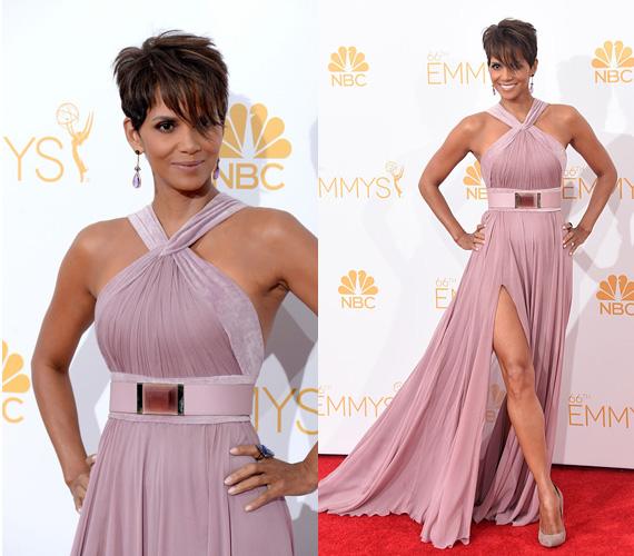 Halle Berry ugyan csak azért érkezett az Emmy-gálára, hogy felkonferálja a Breaking Bad sorozatot - a szériát 11 kategóriában jelölték, végül hatot díjra is tudott váltani -, de az egyik legszebb ruha mégis az övé volt. Az augusztus 25-én megrendezett eseményre a 48 éves színésznő egy halványlila Eli Saab ruhát választott, ami csodásan állt rajta.