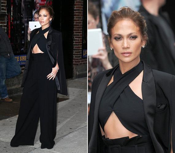 Jennifer Lopez minden hétre tartogat valami újabb szédítő kreációt, ezúttal a hét közepén kapták le New Yorkban. A 45 éves színész-énekesnő ebben a fekete szerelésben ment a The Late Show with David Letterman felvételére. Jennifer Lopeznek ikrei vannak, Maximilian David és Emme Maribel 2008 februárjában születtek.