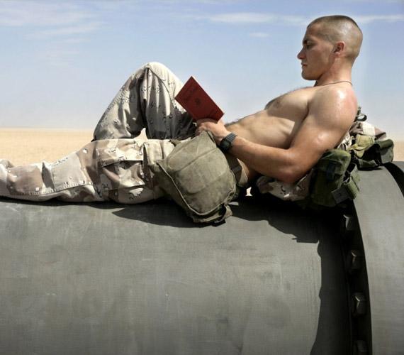 A fiatal Jake Gyllenhaal a Bőrnyakúak című filmben az Öböl-háborúban harcol.