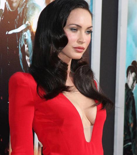 Megan Fox  A Transformers mozik szexi sztárjára tapadtak a tekintetek a vörös szőnyegen, amikor ebben a vörös, mélyen kivágott ruhában állt a fotósok elé. Az 1986-ban született sztár egyébként sem szégyellős: az Armani divatház reklámkampányaiban is ledobta már magáról a textilt, egy szép dekoltázsnál is többet mutatva.
