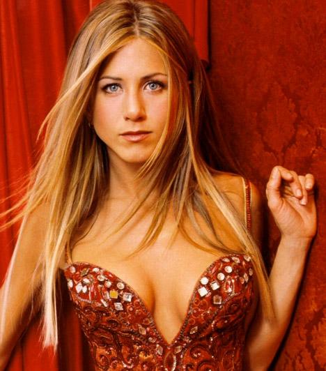 Jennifer Aniston  A Jóbarátok című sorozatból, valamint a Marley meg én, a Nem kellesz eléggé és a Kellékfeleség című filmekből is ismert Jennifer Aniston az évek múlásával egyre dögösebb és magabiztosabb lesz: a legmerészebb ruhákban sem fél megmutatni szexi dekoltázsát.  Kapcsolódó cikk: Nem szégyenlősködött! Íme, Jennifer Aniston legdögösebb fotói »