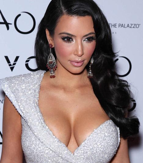 Kim Kardashian  A valóságshow szereplőből lett modell, üzletasszony és világsztár nemcsak ahhoz ért, hogyan adja el magát, hanem ahhoz is, hogy szexi dekoltázsát a lehető legelőnyösebben hangsúlyozza.