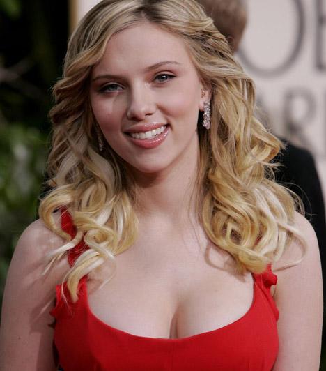 Scarlett Johansson  Bár gyakran éri az a vád, hogy a Vasember 2 című mozi forgatása után túl soványra fogyott, és védjegyének számító, szexi dekoltázsa sem a régi, Scarlett Johansson újra és újra bebizonyítja, hogy ott a helye Hollywood legszebb dekoltázsú színésznői közt.  Kapcsolódó cikk: Büszke nőies alakjára! Fürdőruhában mutatta meg bájait Scarlett Johansson »