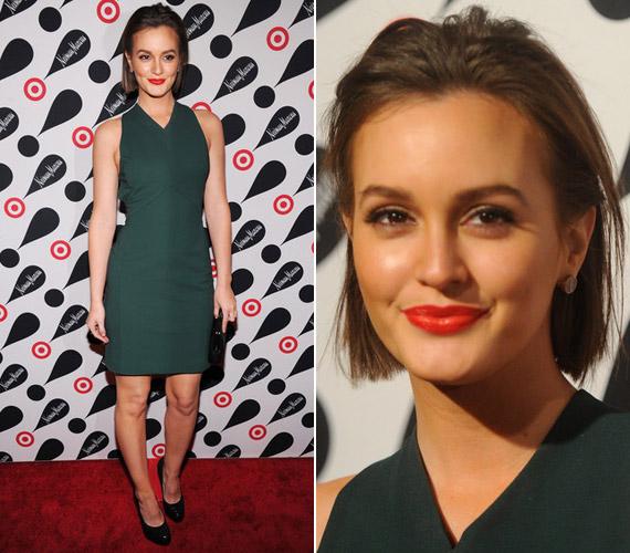 Ez a zöld miniruha sokkal jobb választás volt, mint a virágos együttes, kecses vonala kiemelte a színésznő vékony alkatát.