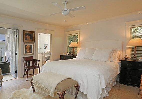 A hálószobákban hatalmas franciaágy gondoskodik a nyugodt pihenésről.