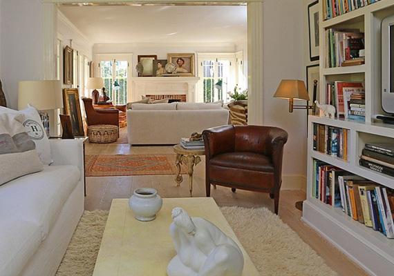 A tévé- és olvasósarokban nyugodtan lehet úgy kikapcsolódni, hogy az ember nem zavarja a nappali többi helyiségében tartózkodókat.