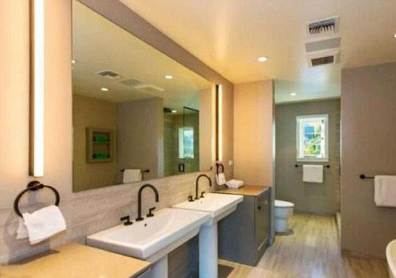 Hat modern fürdőszobája van.