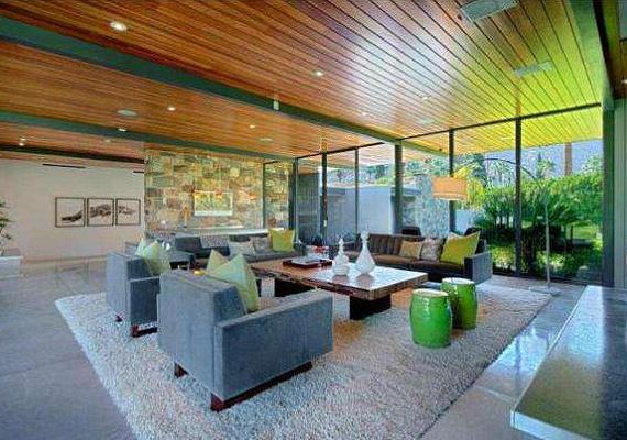 A retró stílust erősíti, hogy a házban hordó alakú fémülőkéket is elhelyeztek, a bárpultnál is ilyenekre lehet leülni.