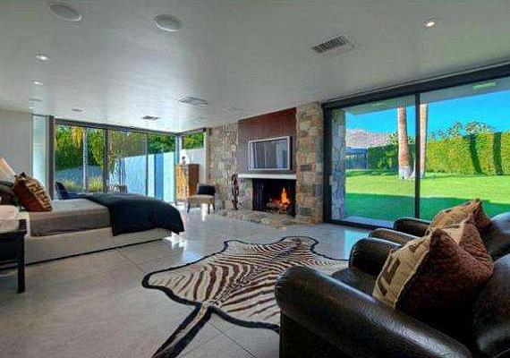 A házban hat hálószoba, hét fürdőszoba, úszómedence és teniszpálya is van.