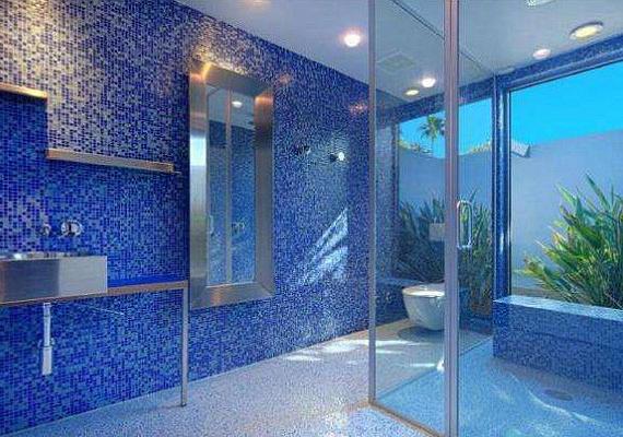 Az egyik fürdőszobát kék mozaikcsempével rakták ki.