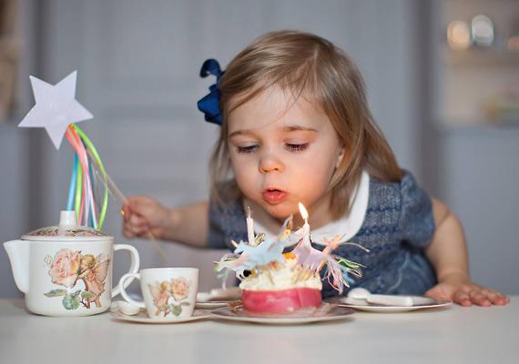 A teaparti elengedhetetlen kellékei a színes, csillogó, lányos muffinok. A tündérnek öltözött kis hercegnő egy egyszarvús süti tetejéről fújhatta el a gyertyákat.