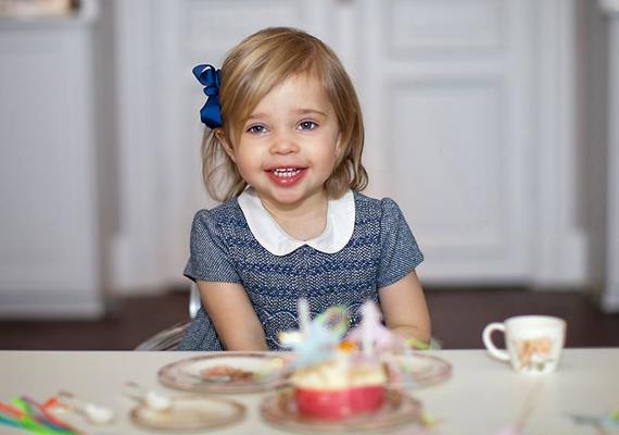 Így örül a szülinapi zsúrnak Leonore. A kis hercegnő igazi lányos lány, imád babázni, kedvencei pedig a pónik és az egyszarvúk.