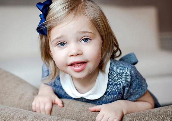 Gyönyörű, kék szemeit édesanyjától, Madeleine királyi hercegnőtől örökölte. De nemcsak külsőleg hasonlít rá, édesanyja szerint minden mozdulata olyan, mint az övé.