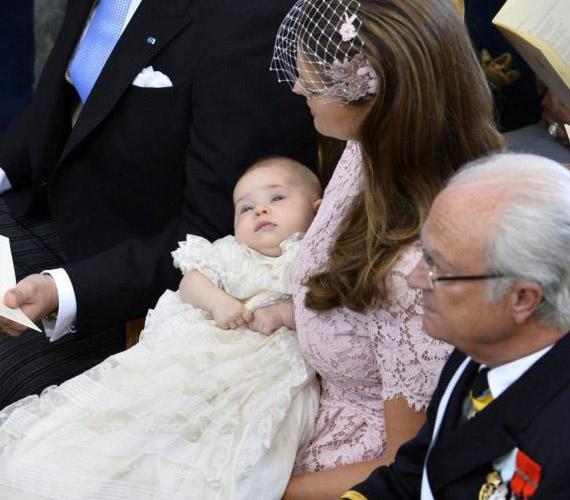 Hagyományos svéd öltözetet viselt a kislány, mely tökéletesen illett édesanyja csipkeruhájához.