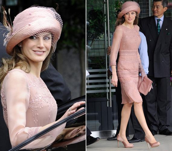 A mályvaszínű, muszlinból készült, csipkével díszített nappali viselet is egy Felipe Varela darab. A kalap, a táska és a cipő is mályvaszínű.