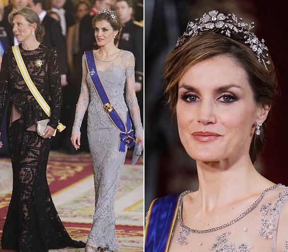 Letícia királyné elképesztően vékony, alakján nem látszik, hogy két kislány édesanyja. Mellette a kolumbiai elnök felesége, aki szintén csipkeruhát választott az eseményre.