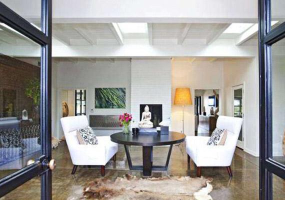 A padló nem márvány, hanem csiszolt beton.
