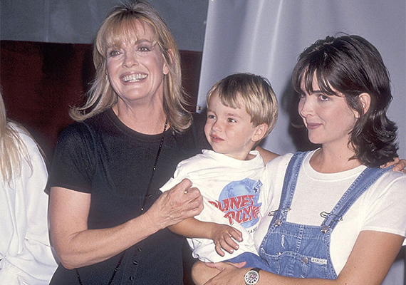 1994-ben a háromesztendős Ryder édesanyja, Kehly Sloane karjaiban, mellettük a büszke nagymama látható. Lindáék egy Las Vegas-i fogadáson tették tiszteletüket.