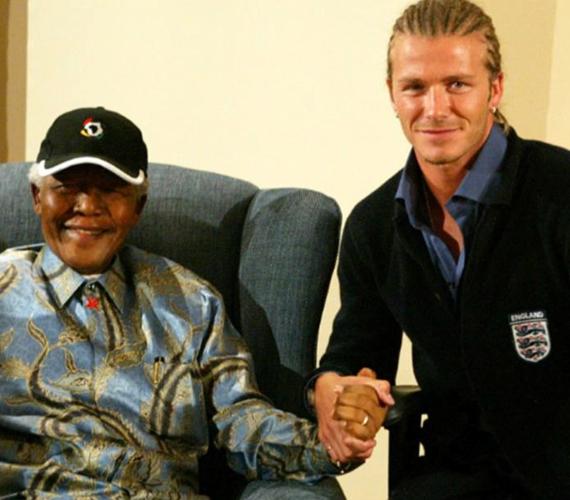 David Beckham csak annyit írt ezen kép mellé, hogy Köszönöm. A kommentelők ezrei fejtették ki a véleményüket mind a focistáról, mind a 95 éves korában elhunyt Mandeláról.