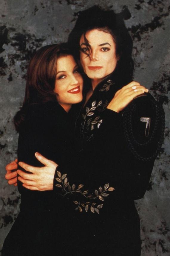 Első férjét Michael Jackson miatt hagyta el, akihez szoros barátság fűzte, ami később vált mélyebb érzésekké. Néhány hónap jegyesség után össze is házasodtak, de két év után véget vetettek a kapcsolatuknak - addigra úgy elmérgesedett a viszonyuk, hogy folyton üvöltöztek egymással.