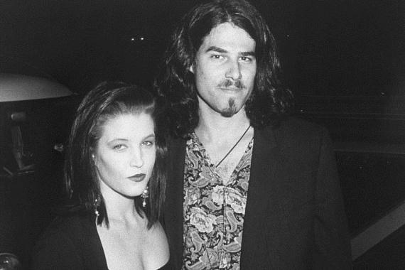 Első nagy szerelme az énekes Danny Keough volt, akinek két felnőtt gyermekét, Riley-t és Benjamint köszönheti. 1988-ban házasodtak össze, de hat évvel később el is váltak, ugyanis Lisa Marie akkor már Michael Jacksonba volt szerelmes.