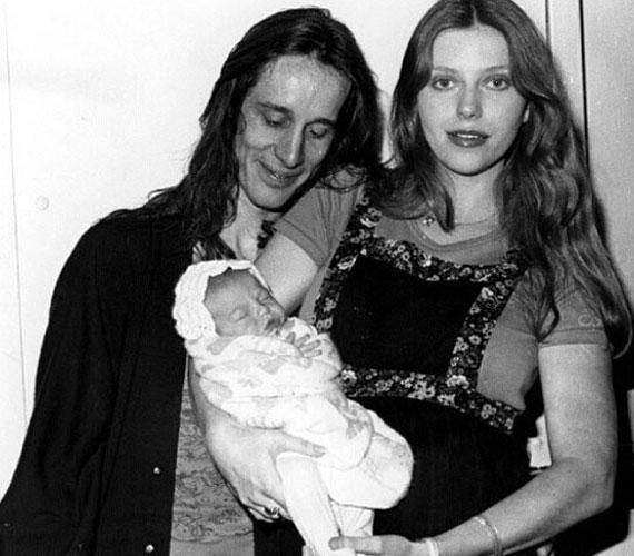 Ez egy régi kép, ahol a csinos színésznő édesanyja ölében látható.