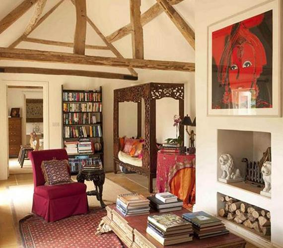 Liz Hurley ebben a gyönyörű nappaliban pihent vagy olvasott, mindezt pedig a kandalló fénye még hangulatosabbá tette.