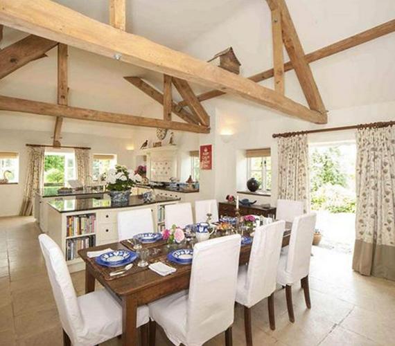 Ebédlő és konyha egyben a kényelem jegyében! A fényes és nagy helyiségben az összes barátot egyszerre lehet vendégül látni.