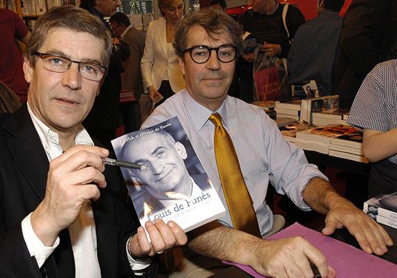 Íme, Olivier - balra - és Patrick de Funés - jobbra -, mindketten elmúltak 70 esztendősek. Előbbi az Air France pilótája volt - de korábban megpróbálkozott a színészettel is -, utóbbi pedig radiológusként dolgozik. 2008-ban kiadtak egy könyvet az édesapjukról, amit ők maguk írtak, szerkesztettek.
