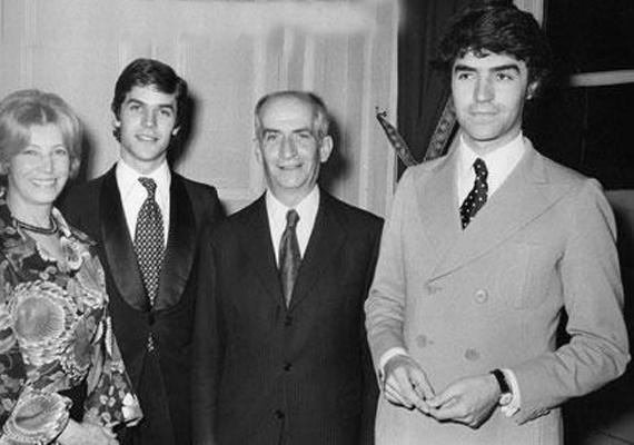 A hatvanas években készült felvételen újfent Oliviert pillanthatjuk meg - jobbra - az édesanyjával, Germaine Louise Elodie Carroyerrel, középen Louis, mellette Patrick fia, aki a színész második házasságából született.