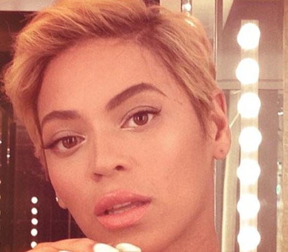 Beyoncé megszabadult hosszú loknijaitól, és egy dögösebb, rövid frizurát választott.