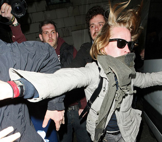 Macaulay Culkin Angliában, az egyik szórakozóhelyen koncertező barátaival bulizott, majd mikor kijött, üvöltve szidni kezdte a fotósokat, egyikükre rá is támadt.
