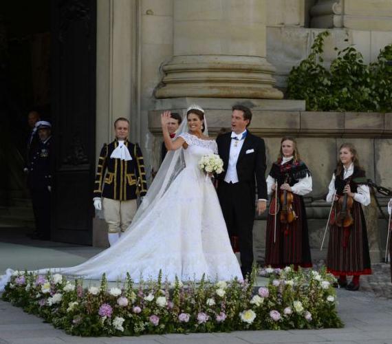 A ceremónia után egy kis dobogóról köszöntötték a népet, immár férjként és feleségként.