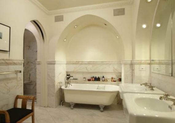 A fürdőszoba csupa márványból készült, boltívei pedig még inkább fényűzővé teszik.