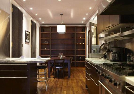 A hatalmas, sötét színű bútorokkal berendezett konyhát valószínűleg nem sokszor használta az énekesnő.