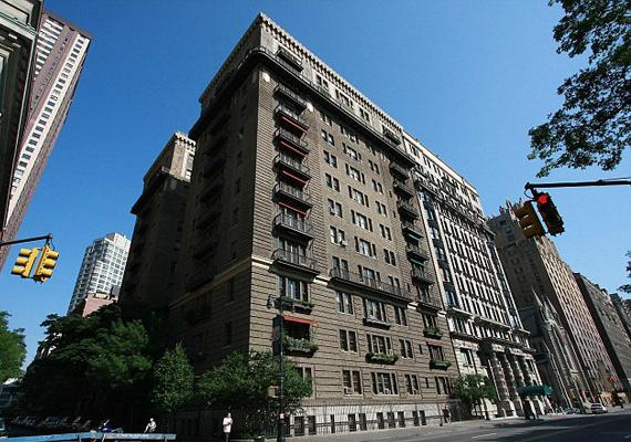Ebben az átlagosnak tűnő, magas épületben található Madonna eladásra kínált luxuslakása.