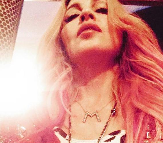 Madonna szerette volna, ha az összes rajongója látja, saját nevének kezdőbetűjét viseli a nyakában, ezért megosztotta a képet a közösségi oldalán.