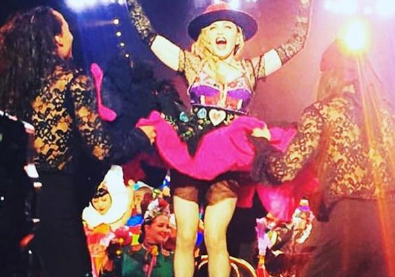 Néhány napja Prágában koncertezett, a Rebel Heart Tour koncertturné egyik állomásán. Színes, szivecskés ruhába lépett a színpadra, mintha egy 16 éves csitri lenne.