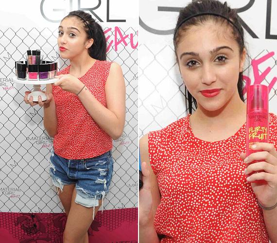 A pöttyös blúz és a szakadt sort saját, 2011-es Material Girl-kollekciójából való, ezzel rögtön ruháinak is reklámot csinált - Lourdes már most remekül érti a dolgát.