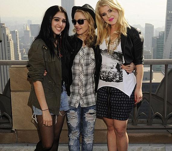 A Material Girl kezdő tőkéjét természetesen Madonna biztosította lányának, reklámarca pedig a botrányhősnő Kelly Osbourne lett, úgyhogy eléggé meg van támogatva a projekt.